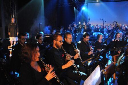 Dynamic Symphonic Band in muziektheater Anna van Yves Bondue