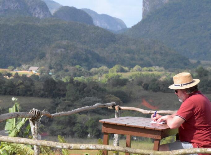 Auteur Yves Bondue aan het werk in Viñales (Cuba), 2020